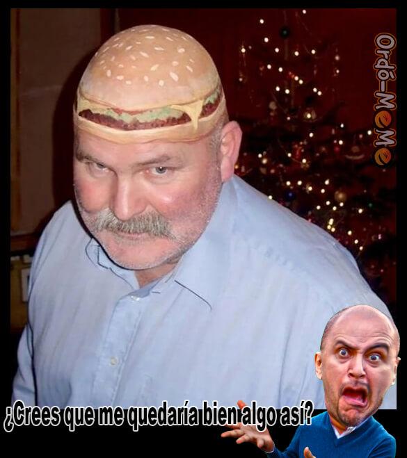 Hombre calvo con hamburguesa pintada en la cabeza