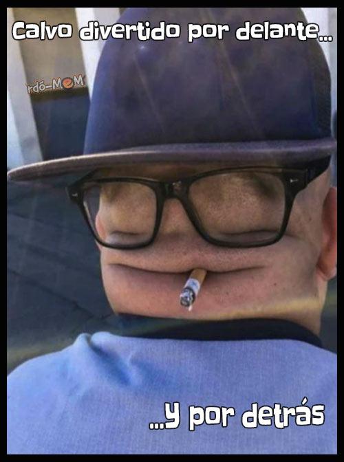 Calvo viendolo por detras con gorra, gafas y un cigarrillo