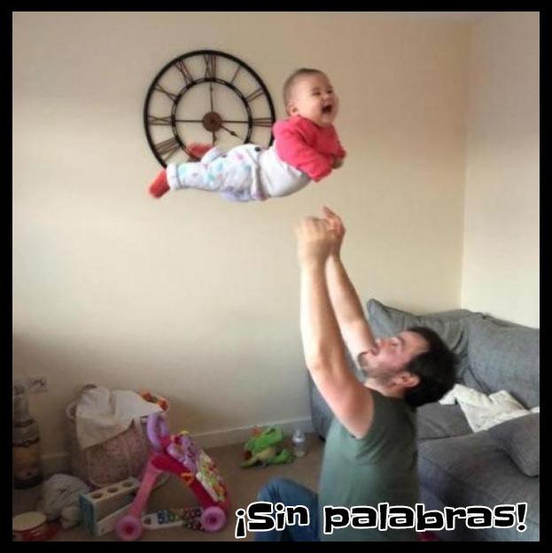 Papa lanzando el bebé a lo alto