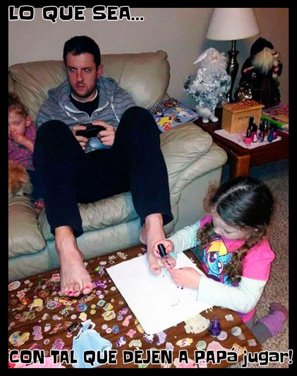 Meme niñas pintándole las uñas al papá