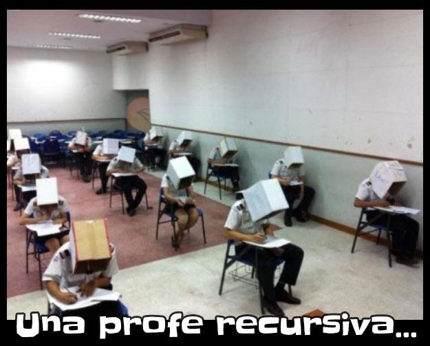 Alumnos con cajas en la cabeza para que no hagan trampa en el examen