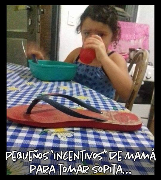 Meme, Mamá pone la chancla en la mesa para que la niña tome la sopa